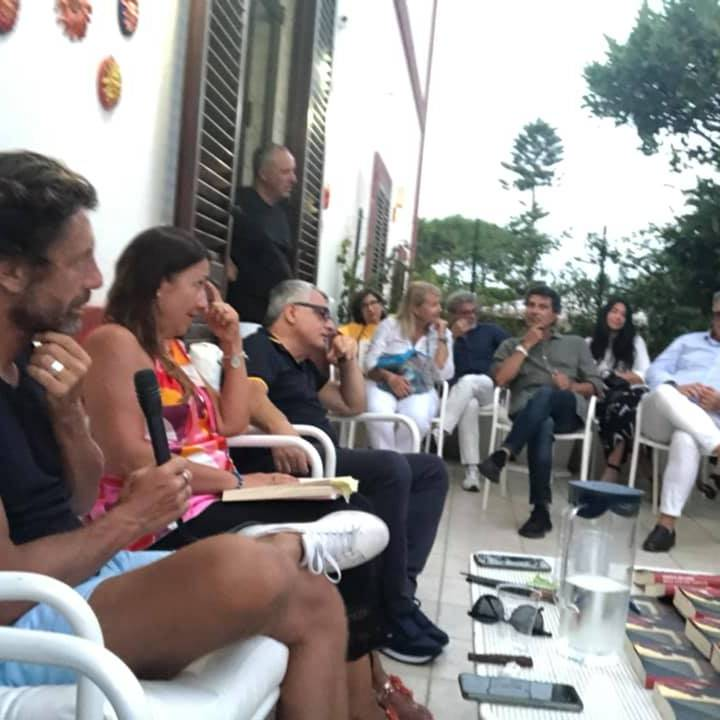 """""""Nelle migliori famiglie"""", bella serata con Mellone e gli ospiti di Un Libro in Giardino"""